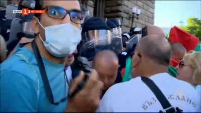 Протестиращите опитват да влязат в сградата на НС
