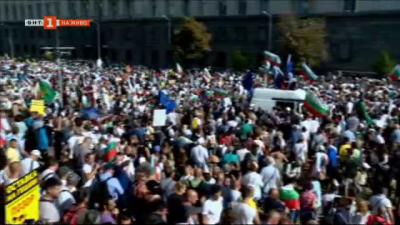 Протестиращи и полиция на площада пред Народното събрание