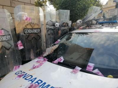 Потестиращи направиха опити да пробият полицейския кордон пред НС