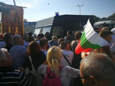 Продължава протестът пред Народното събрание