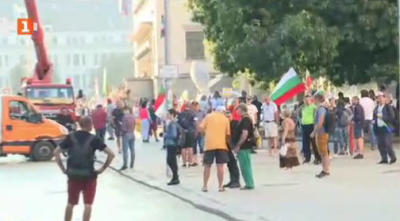 Събират се протестиращи пред сградата на Президенството