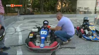Деца се учат на безопасно шофиране на картинг писта