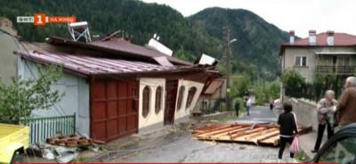 Ураганен вятър отнесе покриви на къщи в Смолян