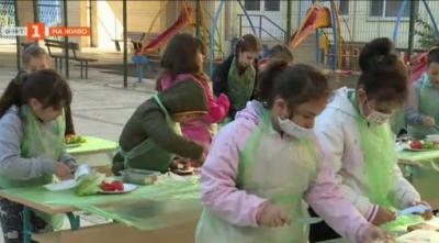 """Децата от варненското училище СУ """"Неофит Бозвели"""" приготвят здравословни сандвичи"""