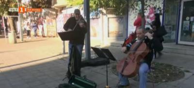 Защо музикантите от Бургаската опера свирят на улицата