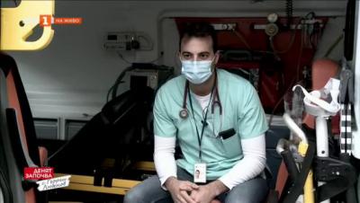Спешна помощ отвътре - екип на БНТ влиза в линейка за едно нощно дежурство