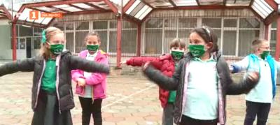 Предпазни маски - част от ученическата униформа