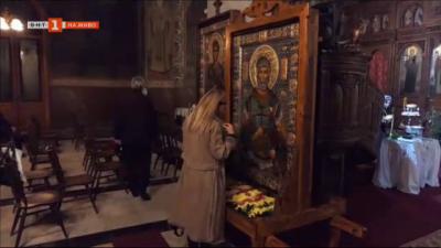 Семейство дари икона на Свети Мина на храм във Видин