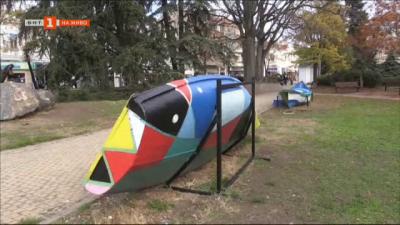 Художничка украсява лодки-пейки в Бургас за Никулден