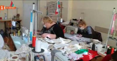 Общинско предприятие на хора с увреждания в Пловдив шие безвъзмездно чаршафи за болница Св. Мина