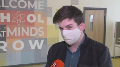 Студент от русенския университет е учител-доброволец в училището, което е завършил