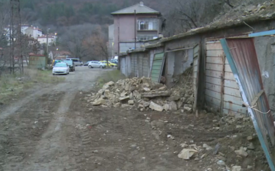 Свлачище падна върху гаражи в Дупница