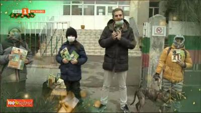 Деца подаряват любимите си книжки на връстници в чужбина