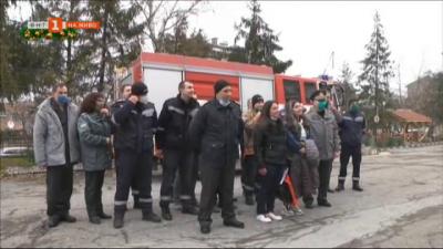 Пожарникари всяка година помагат на сестри, оцелели след взрива в с.Хитрино
