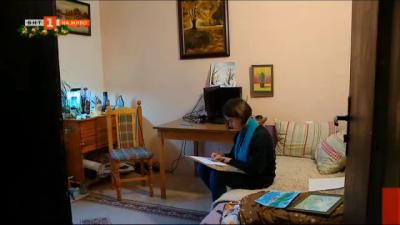 Млада художничка подарява скици и рисунки на болницата в Асеновград