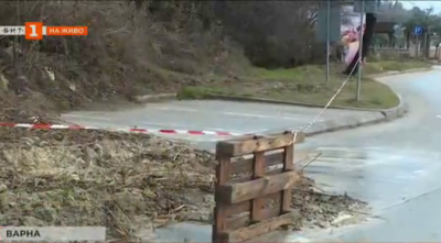 Свлачище затрупа алеи в морската градина на Варна