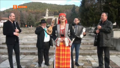 Музиканти подкрепят леденото хоро в Калофер