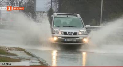 Дъждът отново наводни улици във Варна