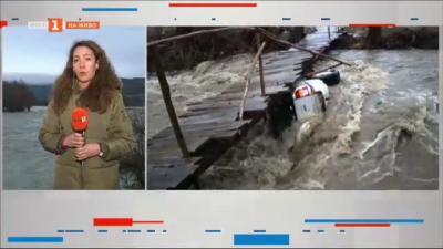 Наводнение в с. Кочериново, водата в Струма се покачва, джип потъна в р. Градевска
