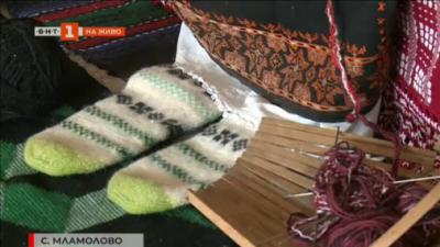 Среща със 77-годишен майстор на шарени плетени чорапи от бобовдолското село Мламолово