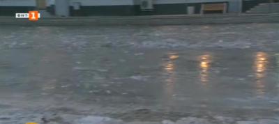 Липса на канализация е причина за леденото езеро пред жп гарата в Казичене