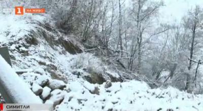 Свлачище подкопа пътя между Банско и Симитли