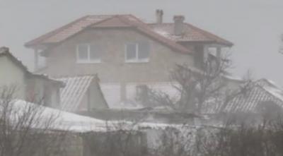 Затворени пътища и населени места без ток във варненско