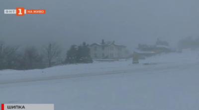 Снегорини почистват прохода Шипка