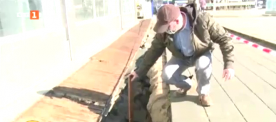 Мъж пропадна в отворила се яма в тротоар в Русе