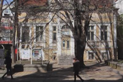 100-годишна емблематична сграда в центъра на Добрич се руши