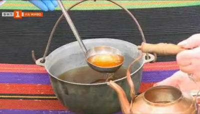 Фолклорни обичаи и стари рецепти за греяна ракия