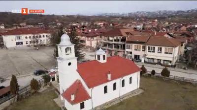 Под едно небе: църква и джамия в село Корница