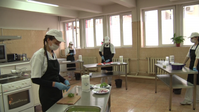 Ученици приготвят топъл обяд за медиците в болницата в Хасково