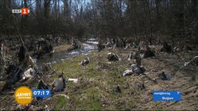 Почиства боклуците край река Какач в Северния парк