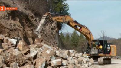 Мащабен ремонт ограничава движението по пътя за община Лъки и Кръстова гора