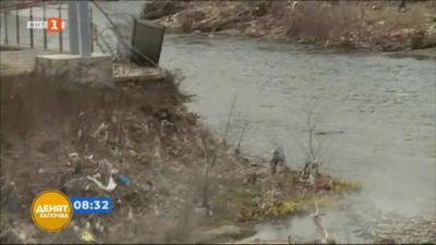 Тонове боклуци по поречието на река Места