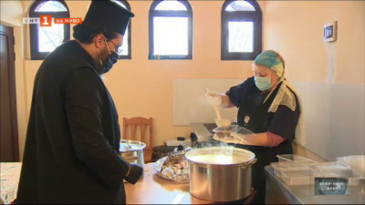 Топла храна на бездомни и социално слаби в двора на митрополитския храм Света Петка - Стара