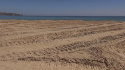 """Багер заравнява плажа на Каваците"""". Има ли нарушения?"""
