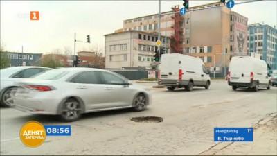 """Огромна дупка на пътя в район """"Северен"""" в Пловдив"""