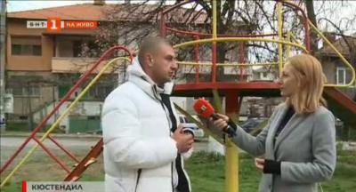 Полицай ремонтира и боядисва детски площадки със свои пари