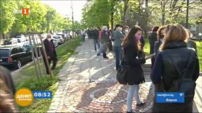 Дълга опашка пред ВМА заради зеления коридор за ваксинация