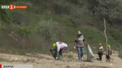 Доброволци почистват Карадере