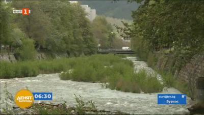 Боклуци замърсяват коритото на благоевградската река Бистрица