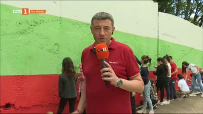 Ученици от Петрич нарисуваха българското знаме върху 700 кв.м.