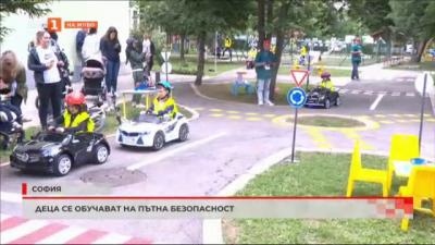 Деца се обучават на пътна безопасност