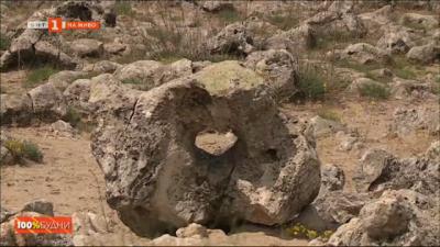 Мястото, където земята и небето се сливат в едно - Побитите камъни