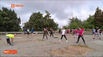 Варненци спортуват на стълбите на паметника на Българо-съветската дружба
