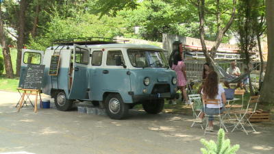 Млада двойка от Сандански превърна стара съветска уазка в кафене на колела