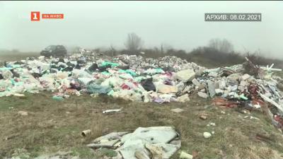 Месеци наред никой не разчиства незаконно сметище
