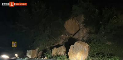 Отново срутени скали на пътя